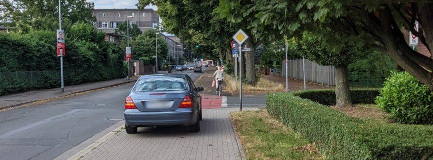 Auto steht auf dem Fußweg